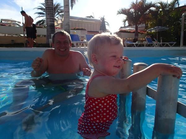 Papa vond het water kouder dan Anika