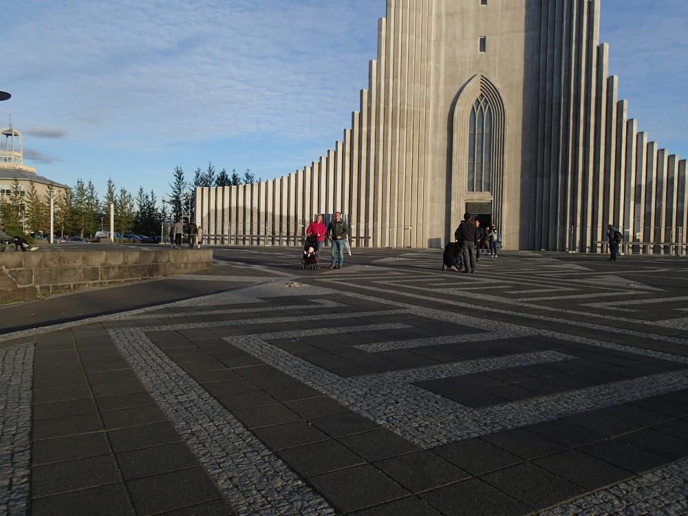 28-8 anika maakt foto kerk